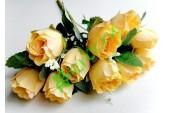 Розочки Боттичелли в букете абрикосовые